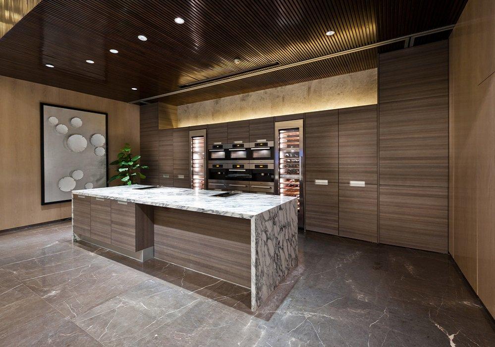 Mramorová pracovná doska v modernej kuchyni