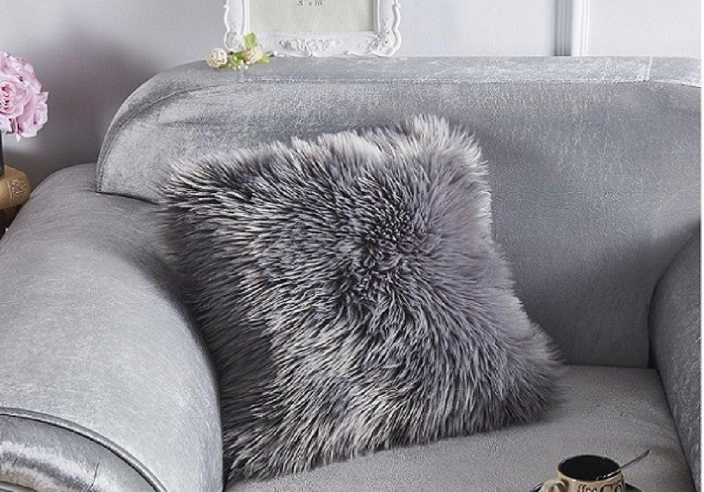 Kožušinový vankúš Ebona v sivej farbe