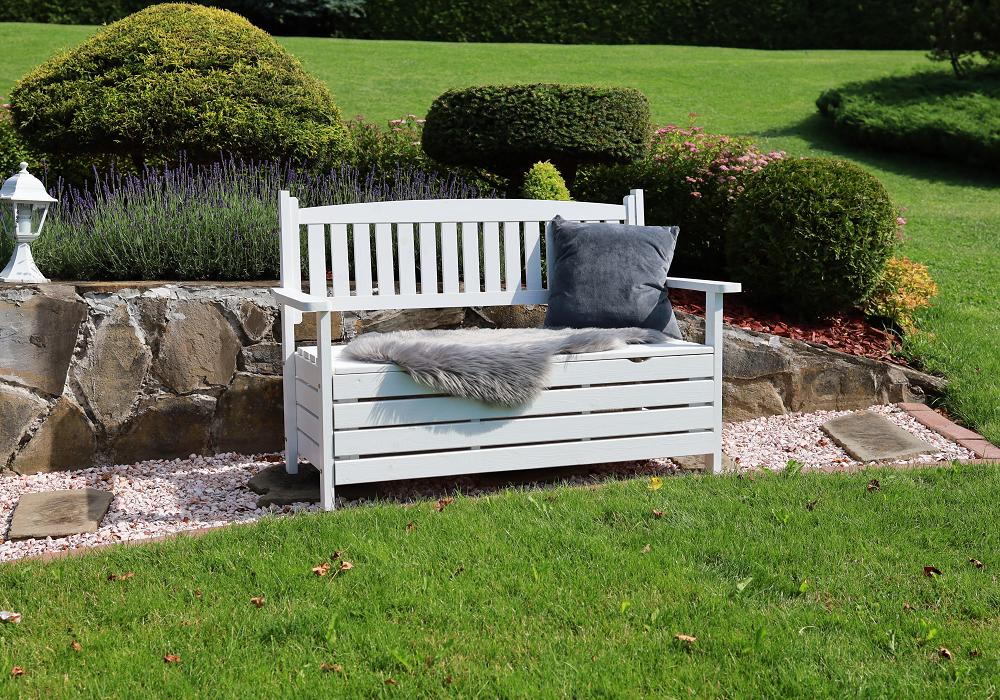 Drevná záhradná lavička Dilka v bielom prevedení na záhrade