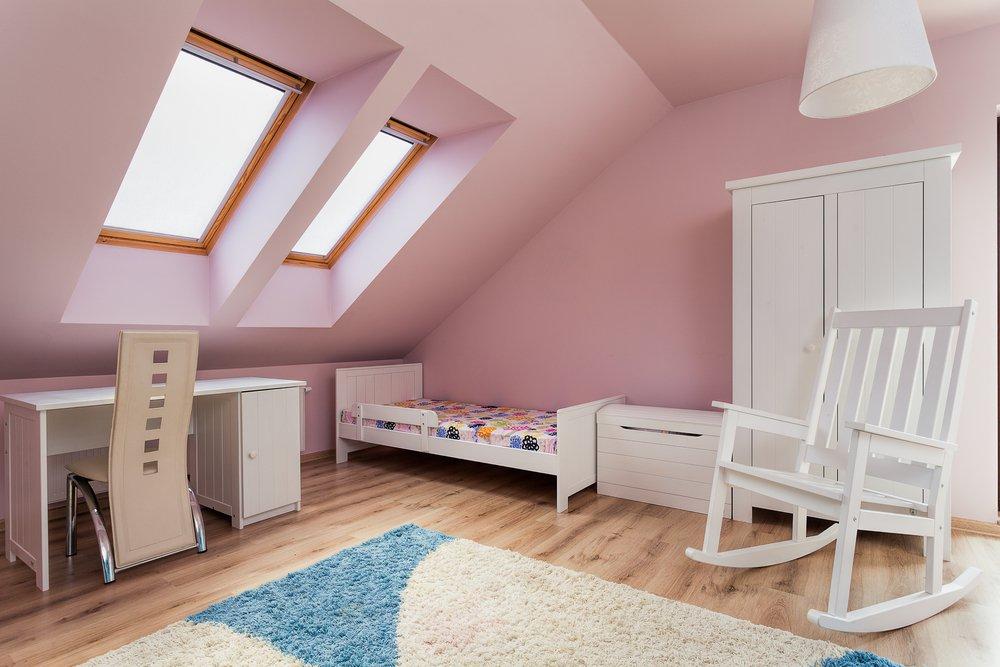Detská izba v podkroví s ružovými stenami
