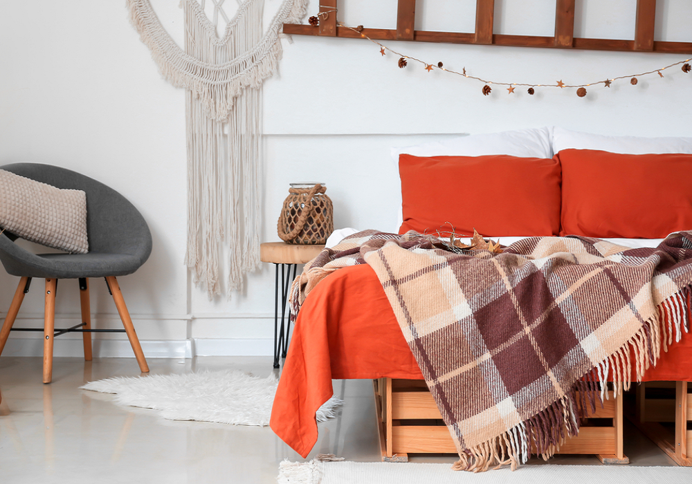 Károvaná deka prehodené cez posteľ