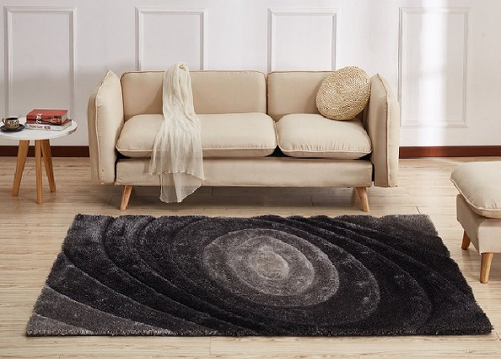 Tmavosivý koberec so vzorom pod pohovkou