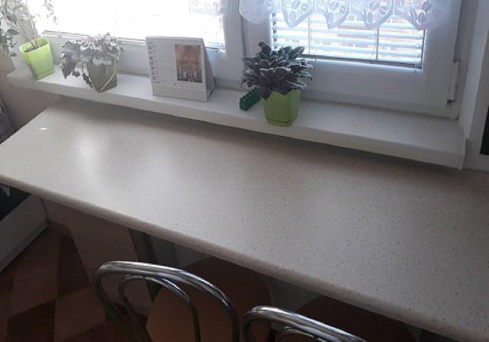 pracovna-doska-v-kuchyni-ako-stol.jpg