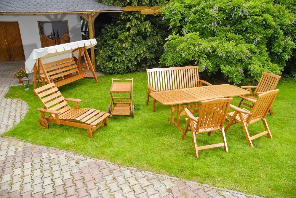 Drevený záhradný nábytok na záhrade