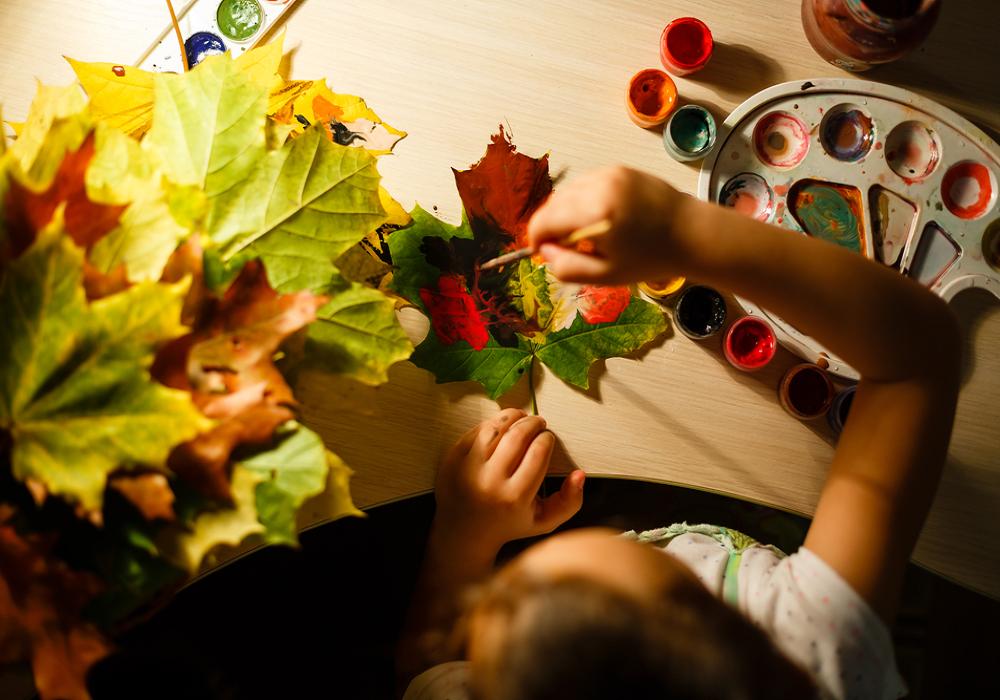 Dieťa vytvára dekoráciu z lístia