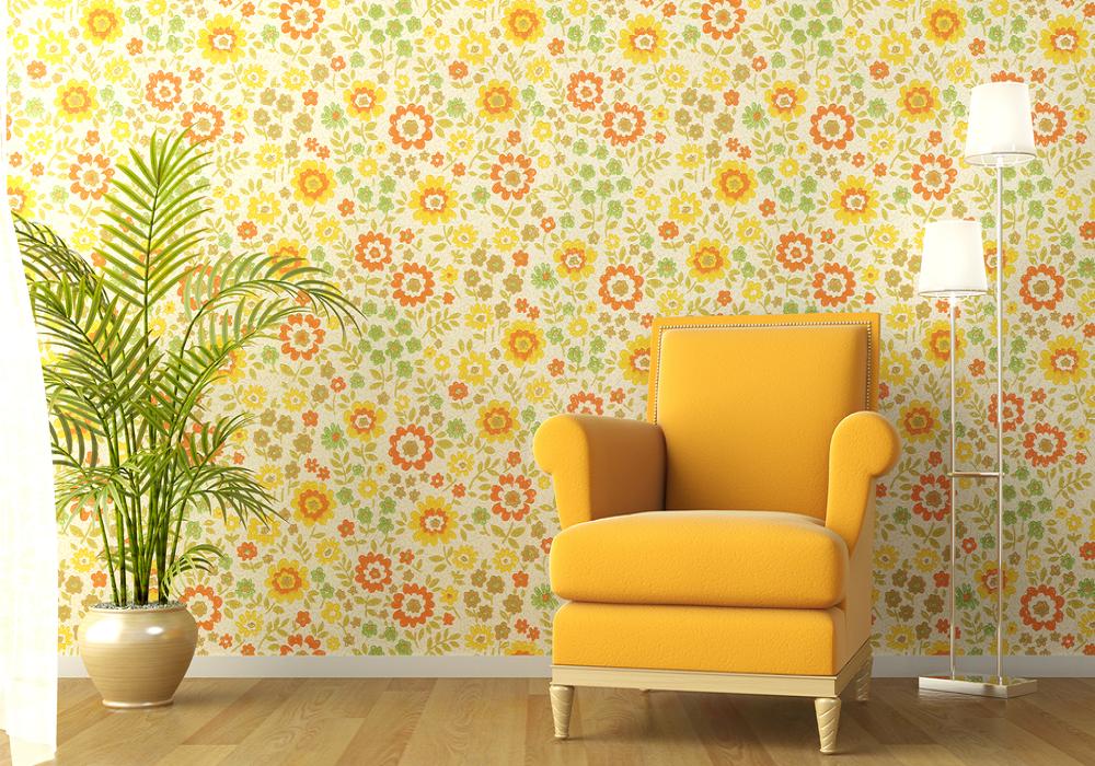 Žlto-oranžová tapeta za žltým kreslom na stene v obývačke