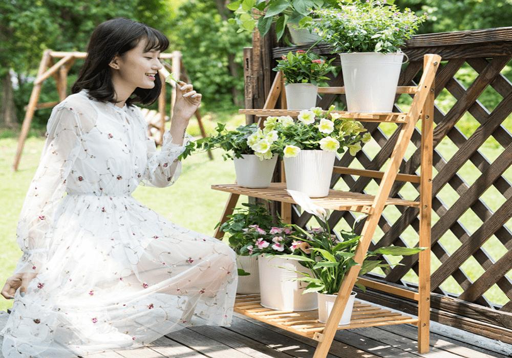 Žena pri bylinkovej minizáhradke na balkóne
